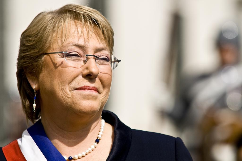 Último minuto ! Presidenta Michelle Bachelet habria sido apuñalada por encapuchados.