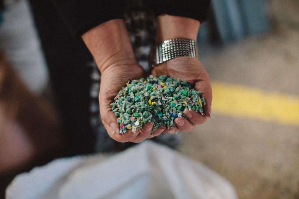 La Arquitecta Silvana Ellena Poseck de TimberEcco mostrando plásticos reciclados